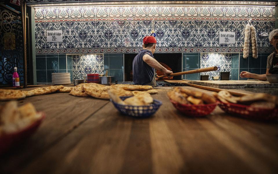 Turkiskt bröd bakad i stenugn på restaurang Lilla Istanbul på Backaplan i Göteborg